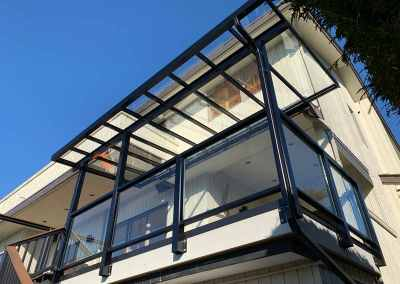 glass-balcony-railing-with-canopy-vancouver